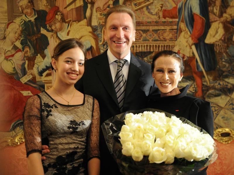 Мария Шувалова с отцом и Майей Плисецкой