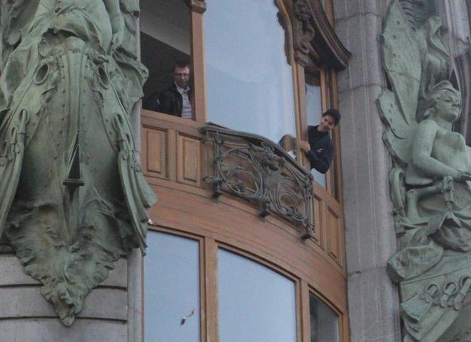 Дуров наблюдает за реакцией людей, разбрасывая деньги из окон офиса