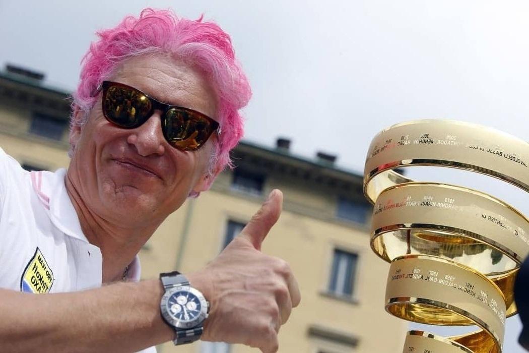 С розовыми волосами