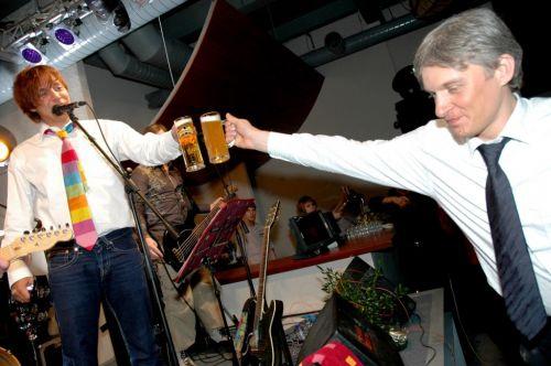 Олег Тиньков и Илья Лагутенко пьют пиво