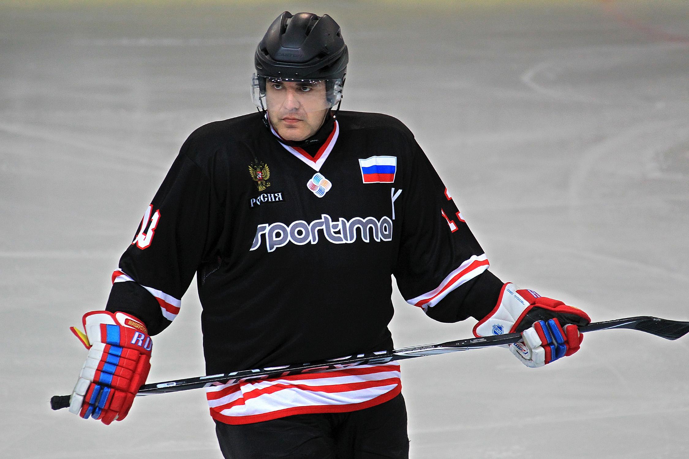 Играет в хоккей