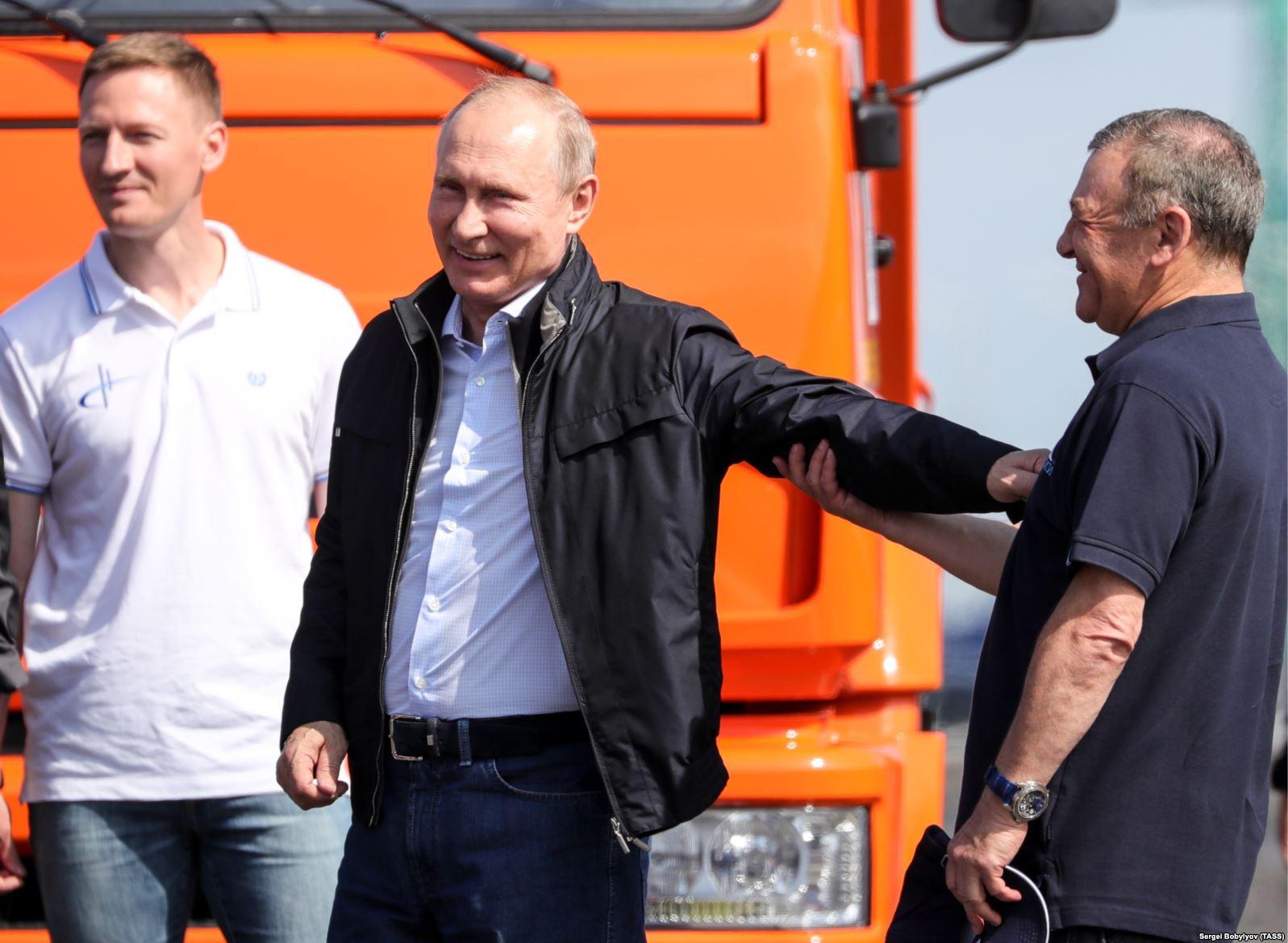 Миллиардер Аркадий Ротенберг (справа), один из близких Владимиру Путину