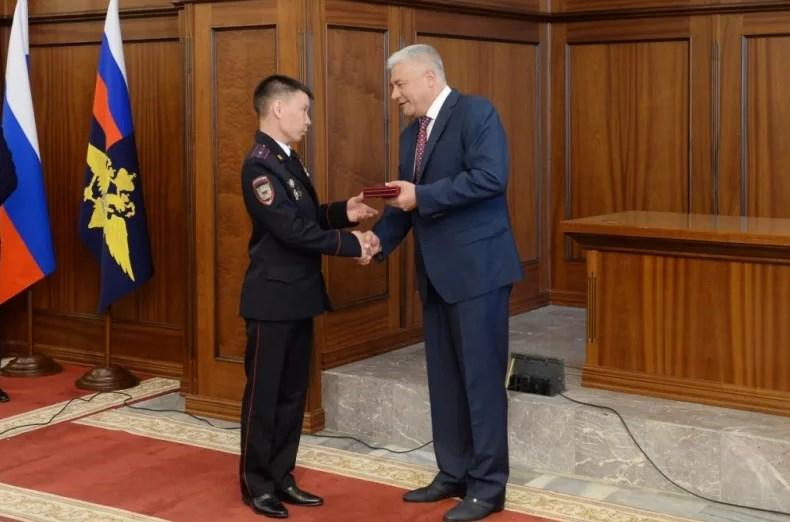 Глава МВД России Владимир Колокольцев вручает награды сотрудникам