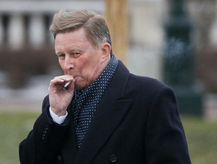 Сергей Иванов курит