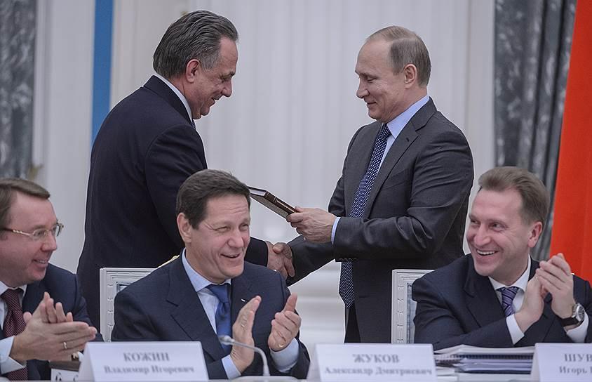 Президент России Владимир Путин поздравляет министра спорта России Виталия Мутко