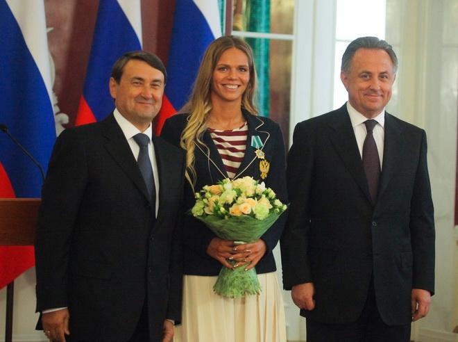 Мутко награждает Российскую пловчиху Юлия Ефимова