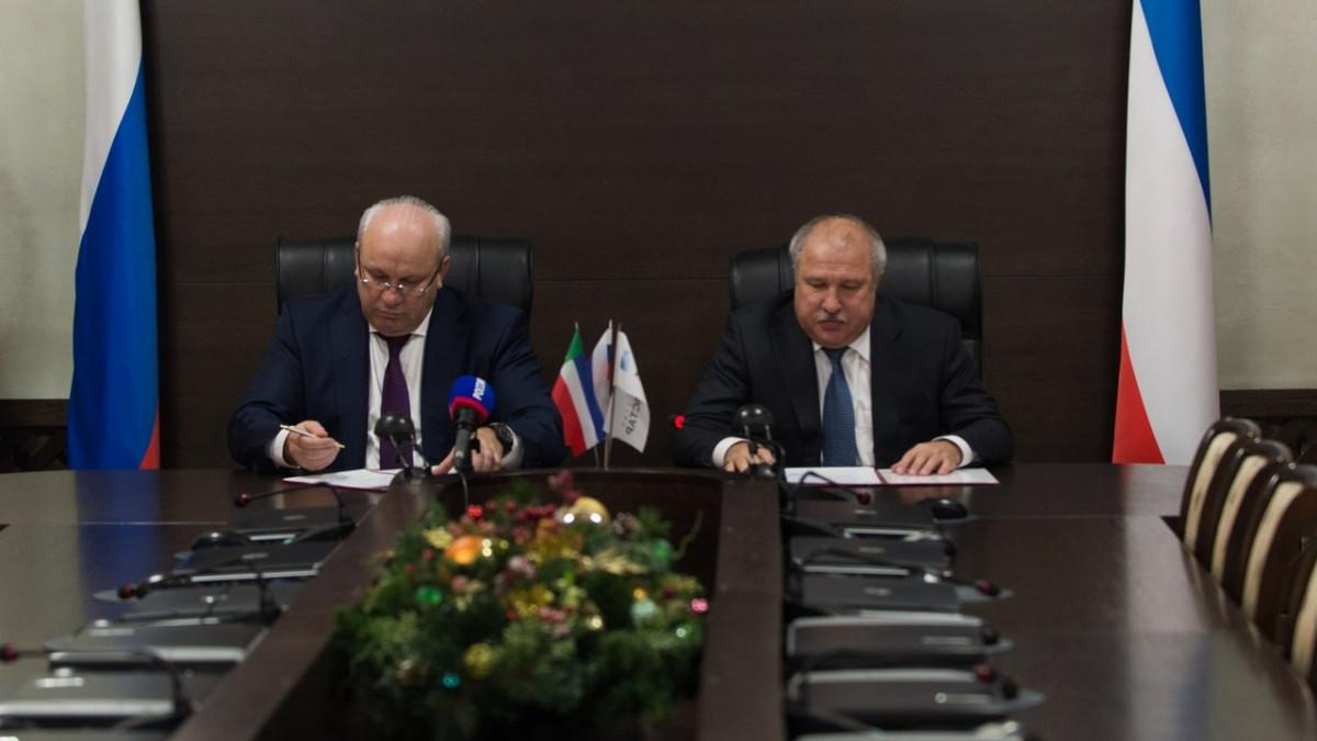 Эдуард Худайнатов (справа) при подписании соглашения о социально-экономическом сотрудничестве с правительством Хакасии