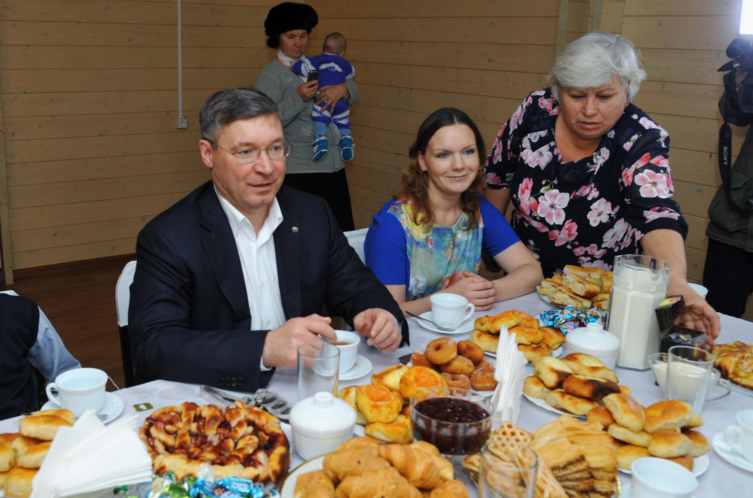 Якушев побывал на новоселье многодетной семьи