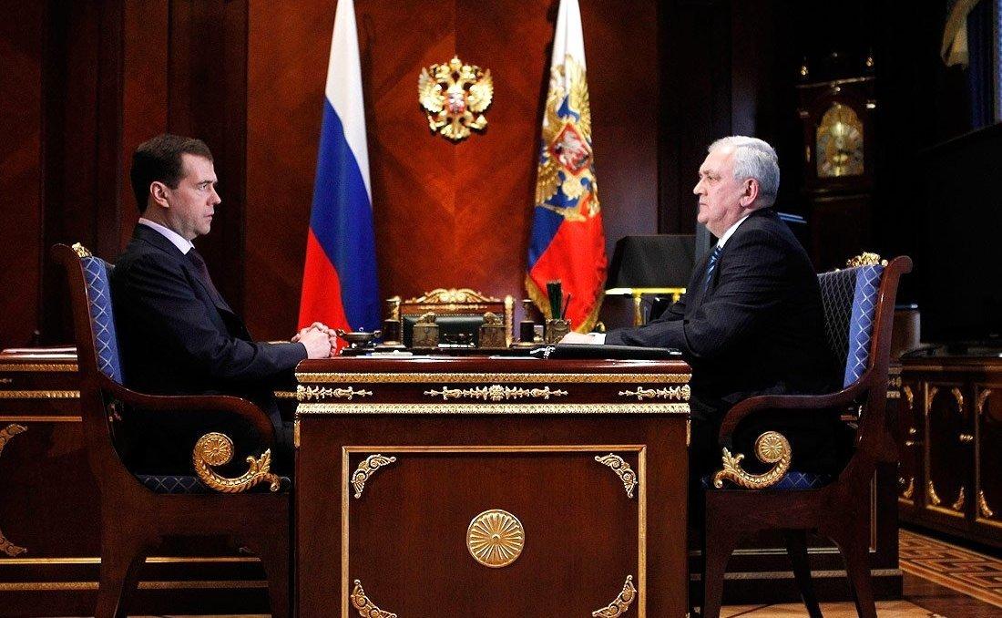 Медведев с первым заместителем директора ФСБ Сергеем Смирновым