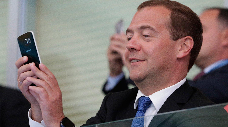 Дмитрий Медведев со смартфоном Samsung