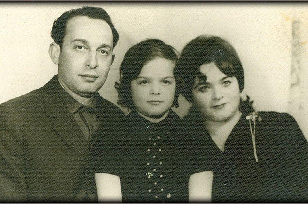 Лариса Долина с родителями.