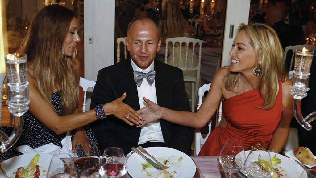 Мельниченко со своей женой и актрисой Шерон Стоун на каком-то благотворительном мероприятии..