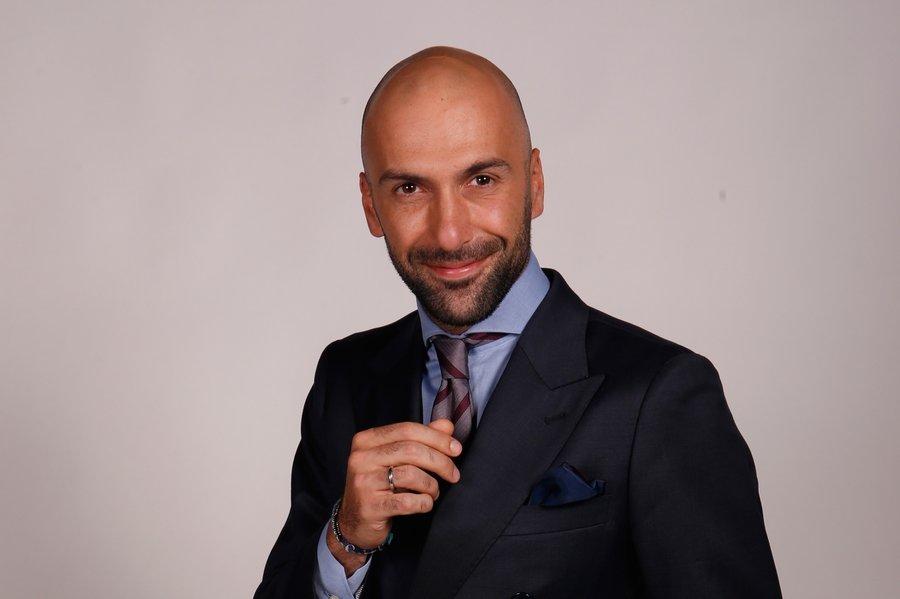В 2004 году Евгений становится полуфиналистом московского чемпионата по латиноамериканским танцам