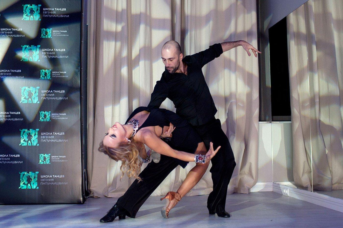 Евгений открыл свою школу танцев