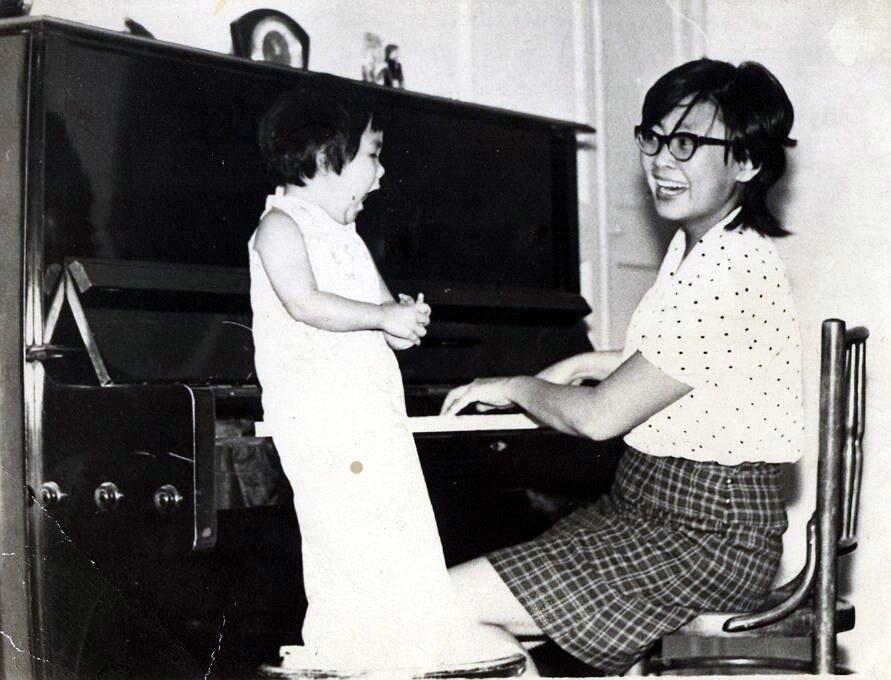 Анита с мамой в 1973 году.