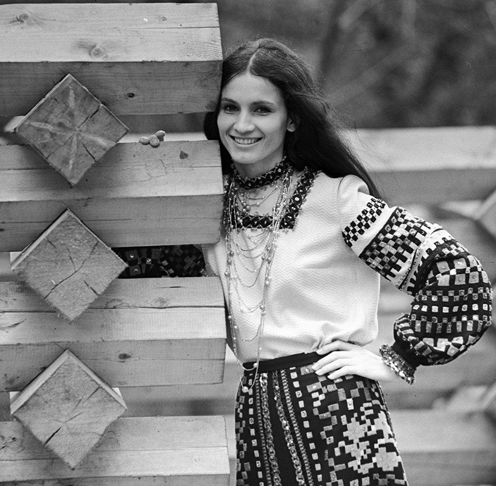 """Софии Ротару в качестве солистки ансамбля """"Червона Рута"""" (1974 год)"""