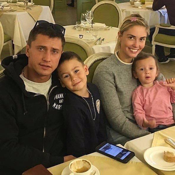 Семья Павла Прилучного и Агаты Муцениеце с детьми