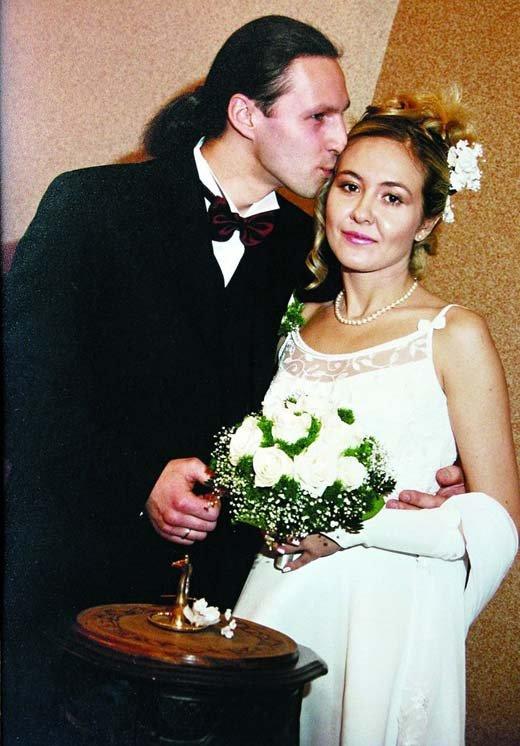 На свадебном фото Василиса не выглядит сильно счастливой
