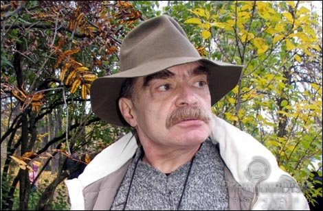 Александр Артёмович Адабашьян -советский и российский кинодраматург, художник, киноактёр, кинорежиссёр, сценарист. Заслуженный художник РСФСР (1983
