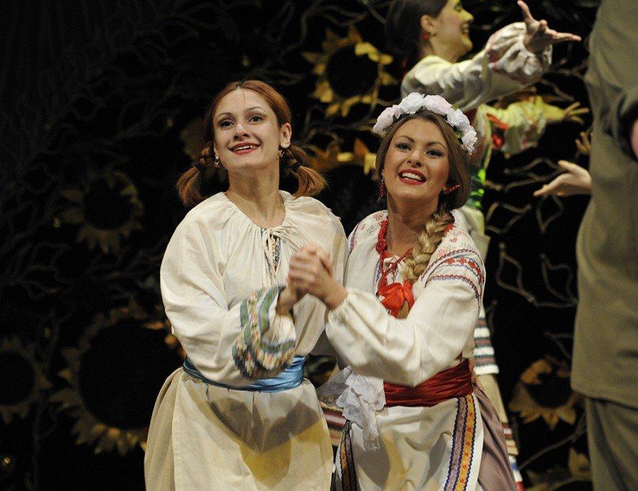Карина Мишулина (слева) актриса театра