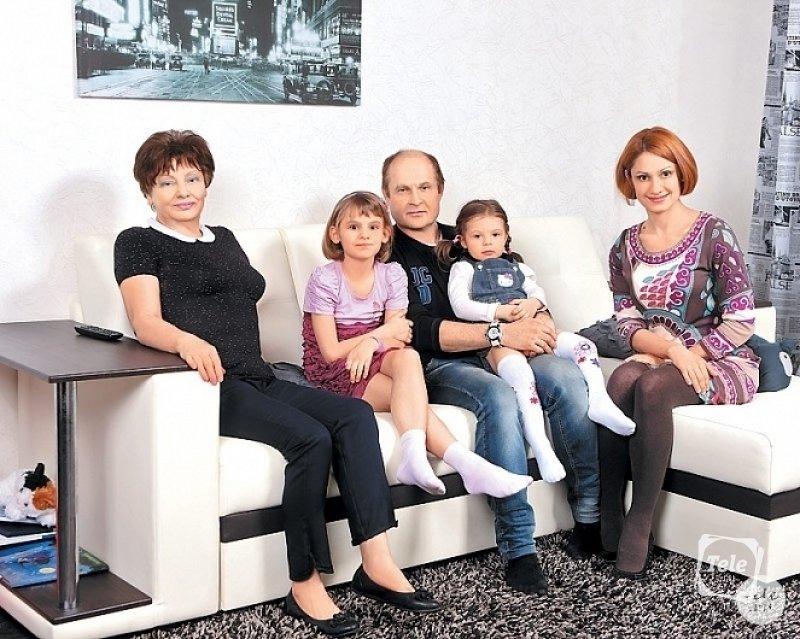 Карина Мишулина с семьёй