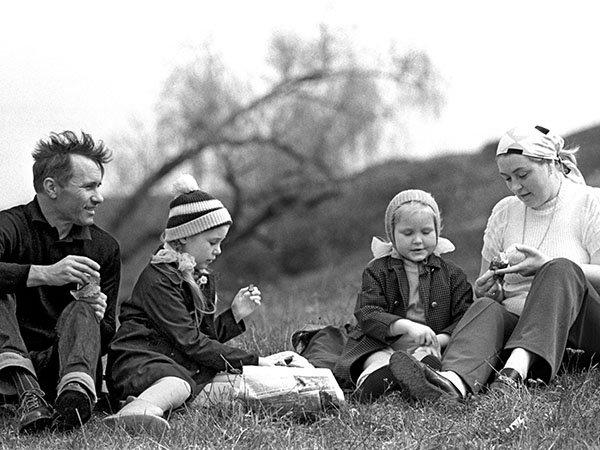 Лидия и Василий Шукшины с детьми