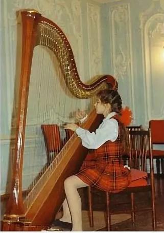 Юная артистка Мария Пупенина занималась  в музыкальной школе по классу арфы