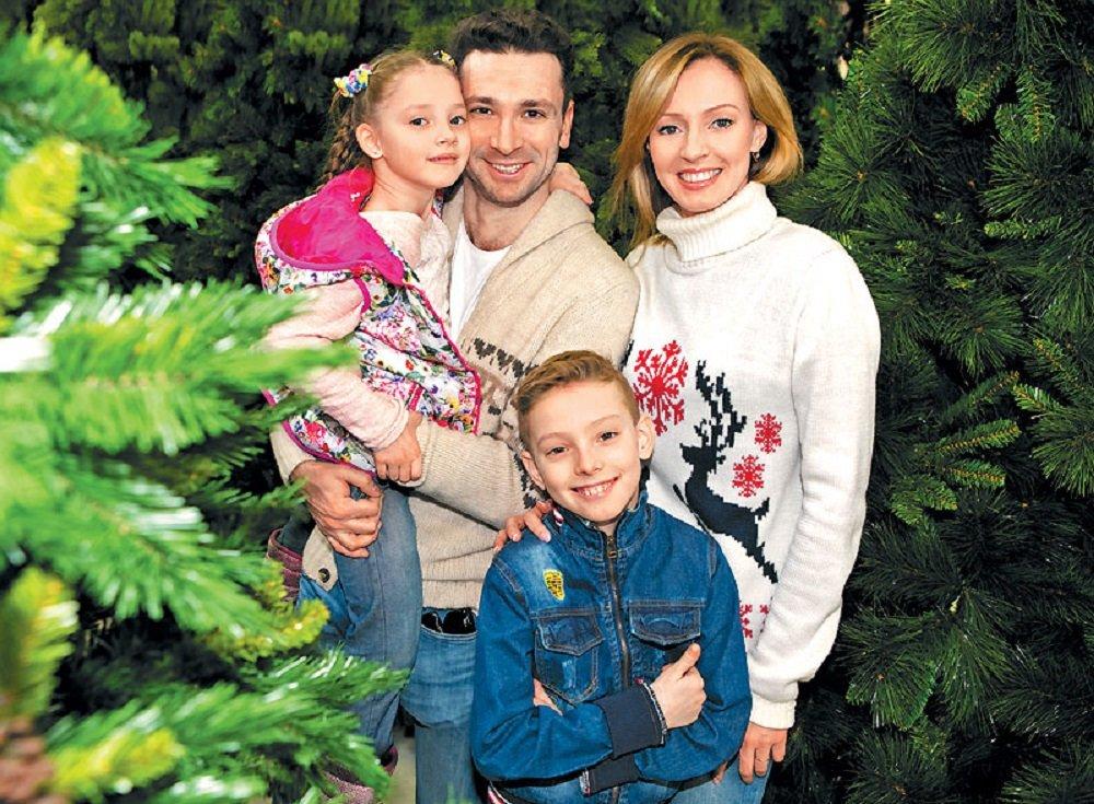 Антон Хабаров с женой и детьми