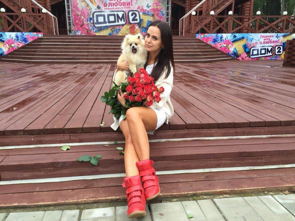 Виктория Романец в сапогах