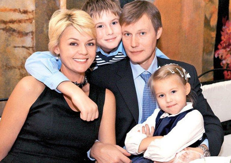 Юлия Меньшова с мужем  Игорем Гординым и детьми